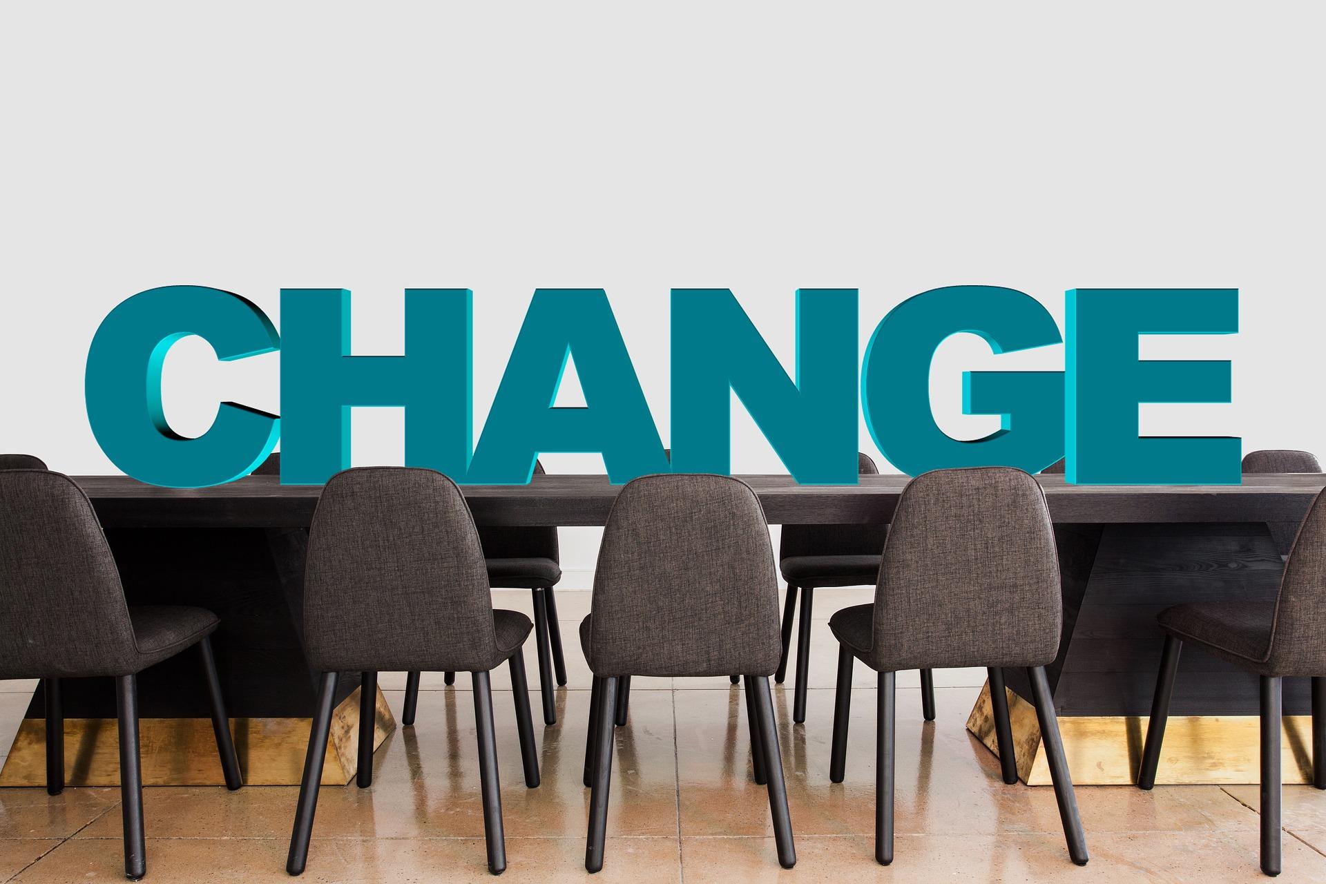 Scrivania con scritta change