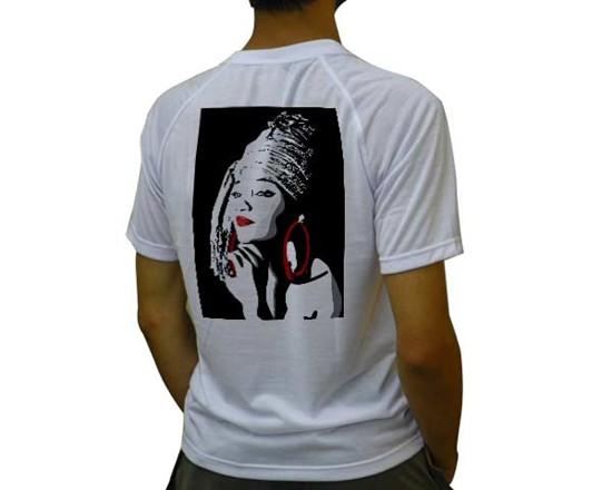 Ragazzo che indossa maglietta personalizzata con foto