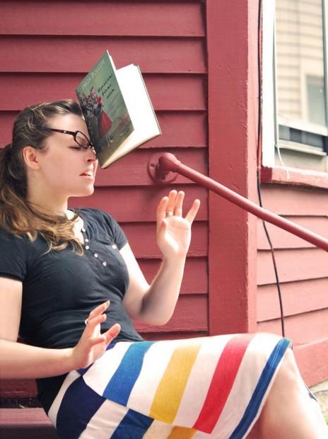 Autoscatto di Kaija Straumanis con libro