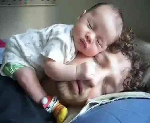 bimbo addormentato sulla testa del papà
