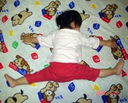 bambino addormentato in posizione buffa