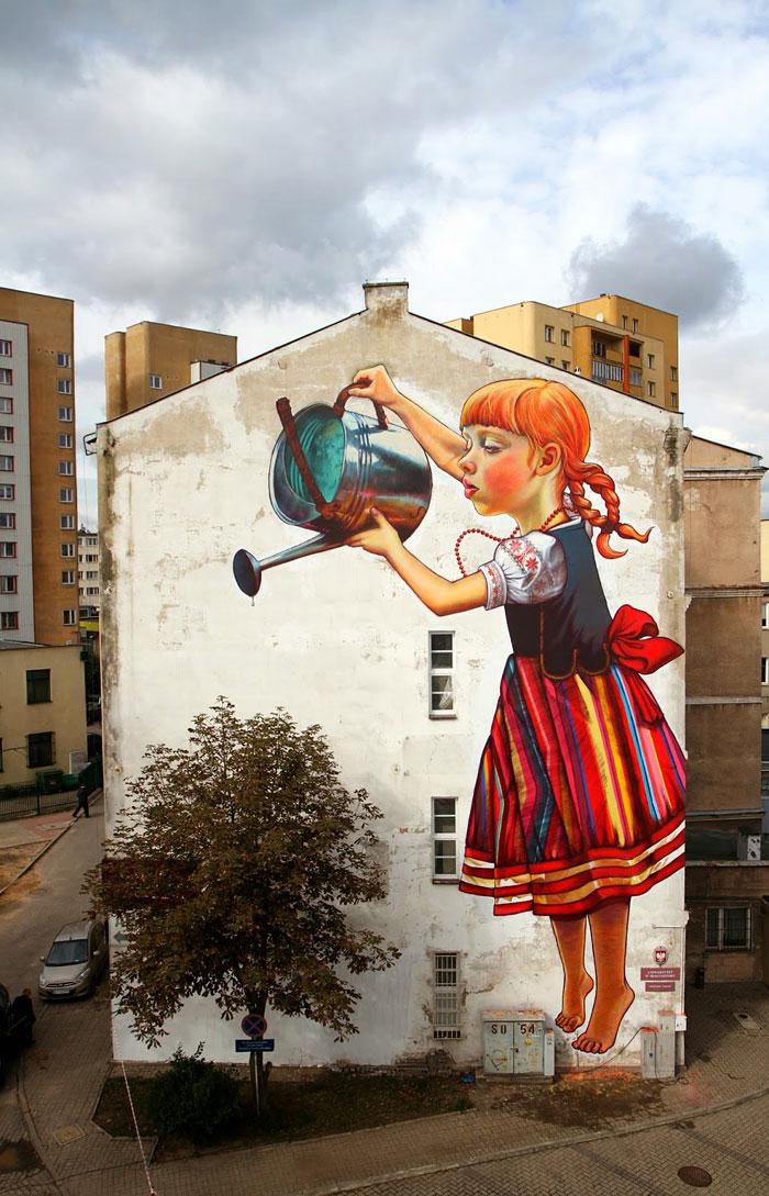 bambina con innaffiatoio esempio di street art