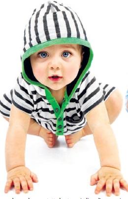 bambino con tutina a righe