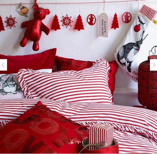 camera dei bambini con decorazioni natalizie con addobbi