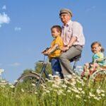 nonno e nipoti in bicicletta